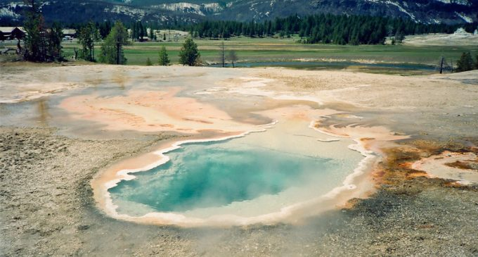 Does Swarm of 400 Earthquakes in Yellowstone Park Predict Supervolcano Eruption?
