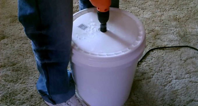Super Simple Self-sufficiency: 5-Gallon Clothes Washer